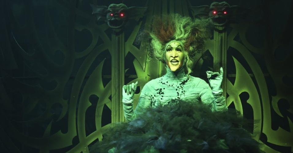 """Na foto, Maria Clara Gueiros interpreta a Bruxa Ma do Oeste em ensaio do musical """"O Mágico de Oz"""""""