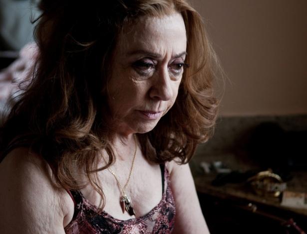 """Cena de """"A Dama do Estácio"""", de Eduardo Ades, sobre uma velha prostituta (Fernanda Montenegro) que fica obcecada com a ideia de que vai morrer"""
