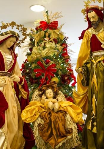 O Papai Noel e o presépio não ficaram de fora, assim como a tradicional árvore de Natal, com detalhes em vermelho e dourado, guirlandas, festões, laços e bolas translúcidas, no Piso Subsolo. Cascatas de luzes e a tradicional iluminação externa completam a decoração natalina do Shopping Mueller.
