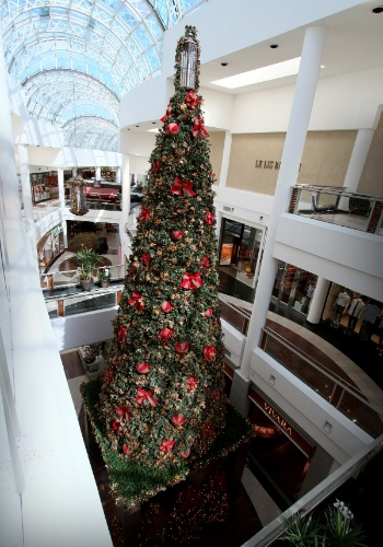 O gazebo do Papai Noel fica localizado embaixo do pinheiro de Natal, que conta com 10 metros de altura e está localizado no Piso L2. O bom velhinho estará no local todos os dias, das 14h às 20h, tirando fotos gratuitamente. O Shopping Crystal fica na Rua Comendador Araújo, 731, Batel e o telefone é 41 3883-3000.