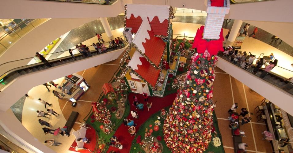 """O Palladium Shopping Center traz o tema """"A Lareira Encantada do Papai Noel"""" para sua decoração deste ano, que ocupa todos os corredores, praças de eventos e fachada. O destaque é a casa do Papai Noel, toda colorida e iluminada, com uma lareira decorada com botas coloridas e festões."""