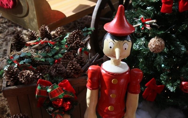 O Shopping Estação se inspirou da fábula infantil do Pinóquio para sua decoração natalina deste ano. Uma árvore de Natal aparece decorada com micro lâmpadas, laços de veludo, bolas decorativas e centenas de bonecos de madeira com roupas coloridas, representando Pinóquio antes da transformação.