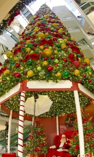 """O Shopping Mueller trouxe para este fim de ano a """"Praça de Natal"""", que remete à infância e busca agradar principalmente às crianças, mas sem deixar de lado elementos tradicionais da data. Um cenário com muita cor, luzes e movimento foi montado do Piso Cinemas."""