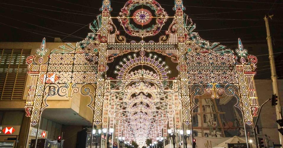 A Galeria de Luz, localizada na rua 15 de Novembro, foi criada pelo artista italiano Valerio Festi e –e formada por uma sucessão de arcos, em perspectiva, feitos com 50 mil lâmpadas coloridas. São duas quadras de extensão, da Marechal Floriano Peixoto até a Rua Barão do Rio Branco.