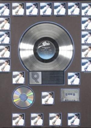 Raridades de Michael Jackson, Beatles e Elvis estão em exposição e leilão em SP Disco-de-platina-do-thriller-autografado-por-michael-jackson-esta-na-exposicao-ate-dia-10-1354902509463_300x420