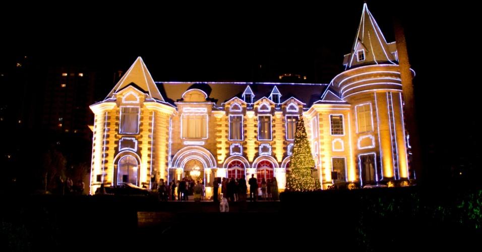 Localizado na Avenida Visconde de Guarapuava, 4610 ? Batel, o Castelo do Batel estará com sua fachada iluminada todas as noites.
