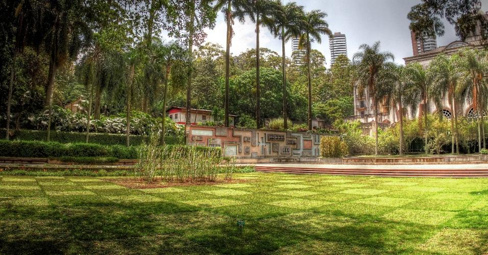 Com pista de Cooper, caminhada, trilhas para passeio na mata e playground, o parque Burle Marx está numa área de 138 mil m². Há ainda um orquidário natural, lagos e diversas espécies de árvores como palmeiras, marinheiro e pau-brasil. O Parque Burle Marx fica na avenida Dona Helena Pereira de Moraes, 200, Panamby, e funciona diariamente das 7h às 19h. O telefone para contato é (11) 3746 7631.