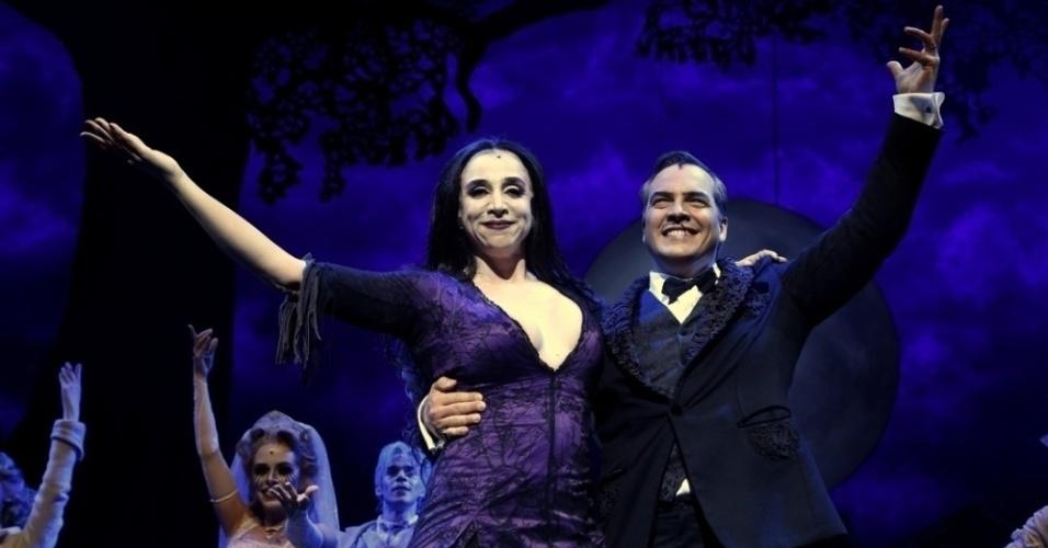 "Cena de ""A Família Addams"", musical com Marisa Orth e Daniel Boaventura interpretando o casal Gomez e Morticia."