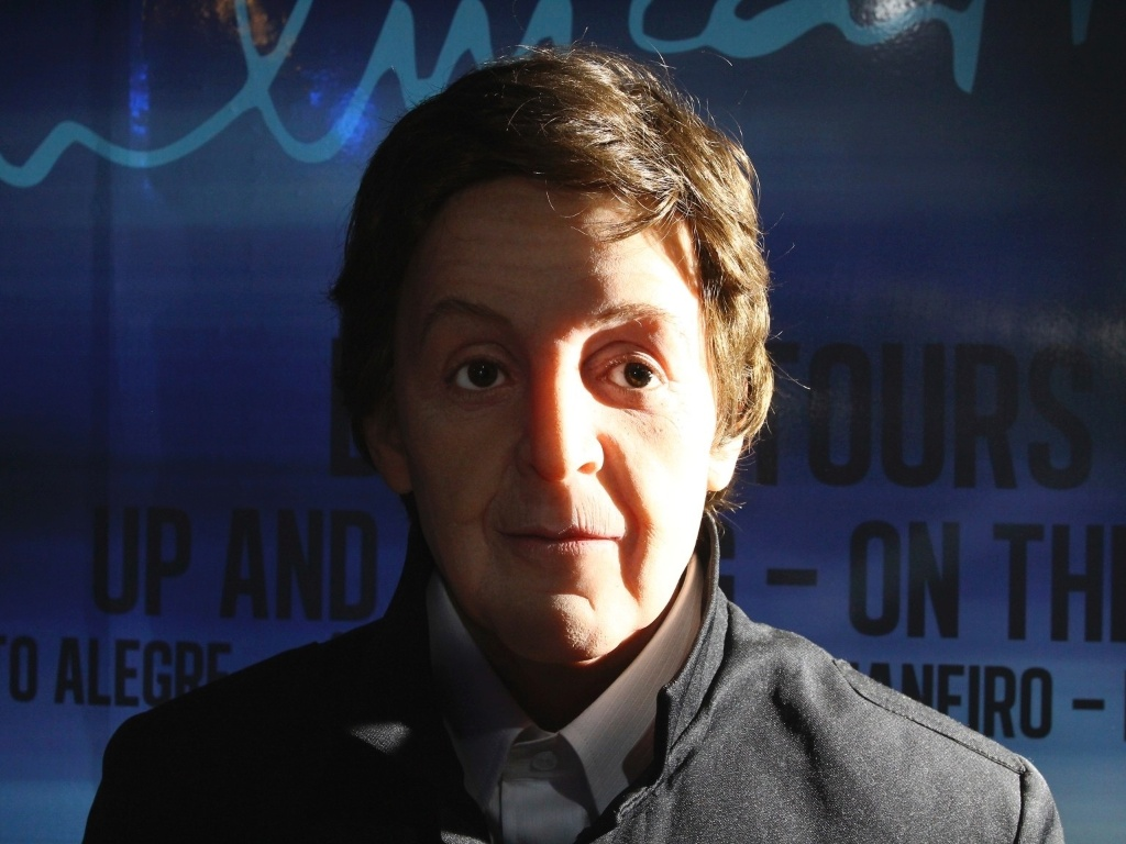 Boneco de Paul McCartney presente na exposio 