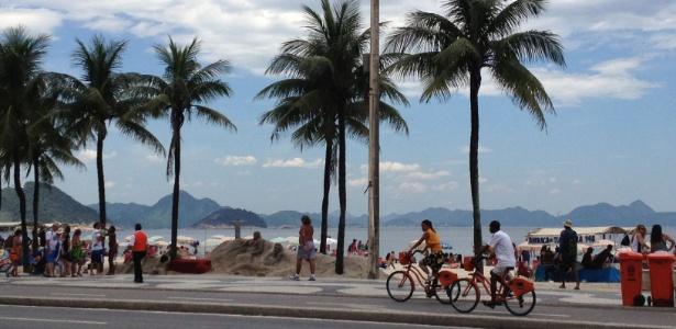 24.jan.2013 - Ciclovia na orla de Copacabana, no Rio de Janeiro