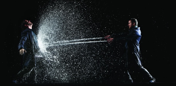 """""""Homem Vertente"""" usa cerca de 30 mil litros de água em cada apresentação"""