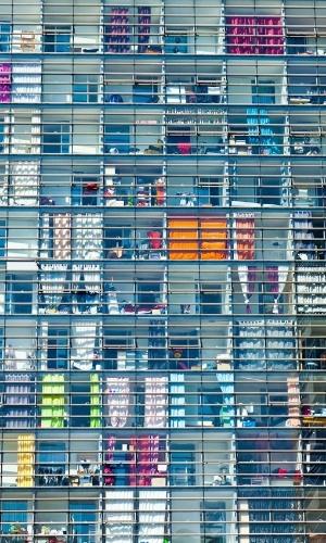 """A exposição """"Priva-cidade, Publi-cité"""", de Rodrigo Kassab, traz fotografias de linhas paralelas em fachadas e janelas. O artista investiga os limites entre os espaços públicos e os privados. A mostra fica em cartaz de 5 a 25 de março, de segunda a sexta das 10h às 20h, na Galeria Lume (Rua Joaquim Floriano, 711, 2º andar, Itaim Bibi). Mais informações no telefone (11) 3704.6268 ou site www.lumephotos.com."""