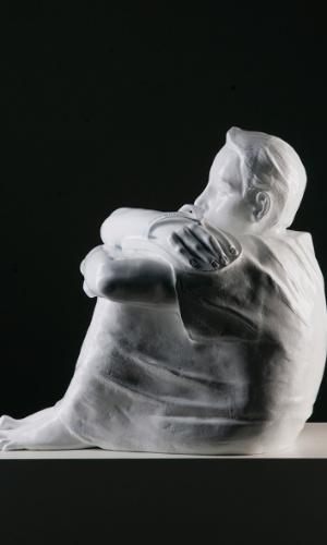 De 2 a 23 de março, a Casa Triângulo exibe a primeira individual do artista Flávio Cerqueira. A mostra é composta por duas séries de esculturas que tratam aspectos e situações na vida do ser humano, mostrando sensações, imaginação e ausências. Há obras fundidas por um metal rígido, o bronze, remetendo à fragilidade e solidão em algumas obras e ao sonho, em outras. A galeria fica na rua Pais de Araújo, 77, Itaim. Mais informações no telefone (11) 3167-5621 ou site www.casatriangulo.com.