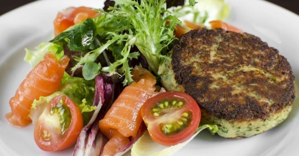 Salada verde com salmão marinado e blinis de ervas do Allez, Allez!, que fica na rua Wisard, 288, Vila Madalena. Mais informações pelo telefone (011) 3032-3325.