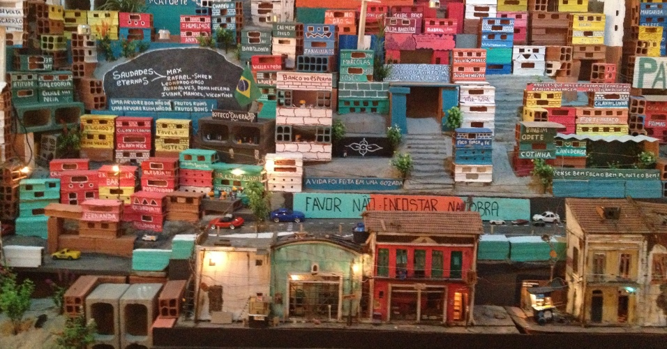 """Detalhe da obra """"Morrinho"""" (2012) do Projeto Morrinho na exposição """"O Abrigo e o Terreno - Arte de Sociedade no Brasil 1"""" do Museu de Arte do Rio (MAR)"""