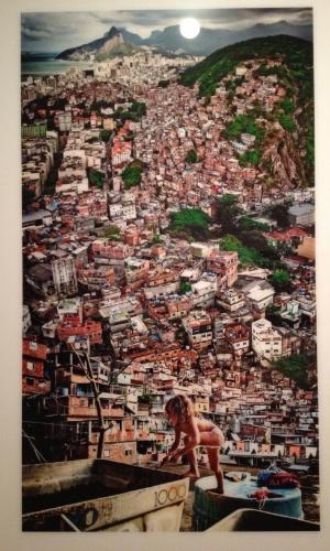 """Fotografia """"Menina na Laje"""" (2011) de Claudia Jaguaribe na sala da exposição """"Rio de Imagens: Uma Paisagem em Construção"""" no Museu de Arte do Rio (MAR)"""