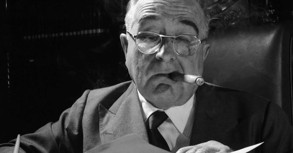 O presidente Getúlio Vargas escreve no gabinete na década de 1940