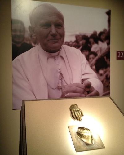 """Mostruário da réplica da mão do papa João Paulo 2º e o molde que a originou. O visitante poderá tocar a réplica durante a exposição """"Esplendores do Vaticano"""", que abre ao público na sexta (21), em São Paulo"""