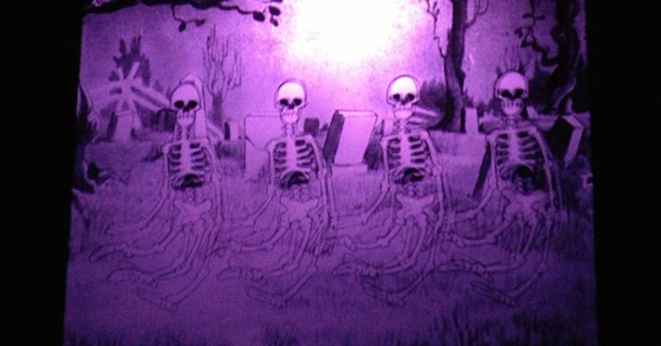 """A projeção """"The Skeleton Dance"""" (1929) da Walt Disney pode ser vista no início da exposição, ao lado de outros curtas. Obra presente na exposição """"Movie-se No Tempo da Animação"""", no CCBB-RJ de 5 de fevereiro até 7 de abril de 2013"""