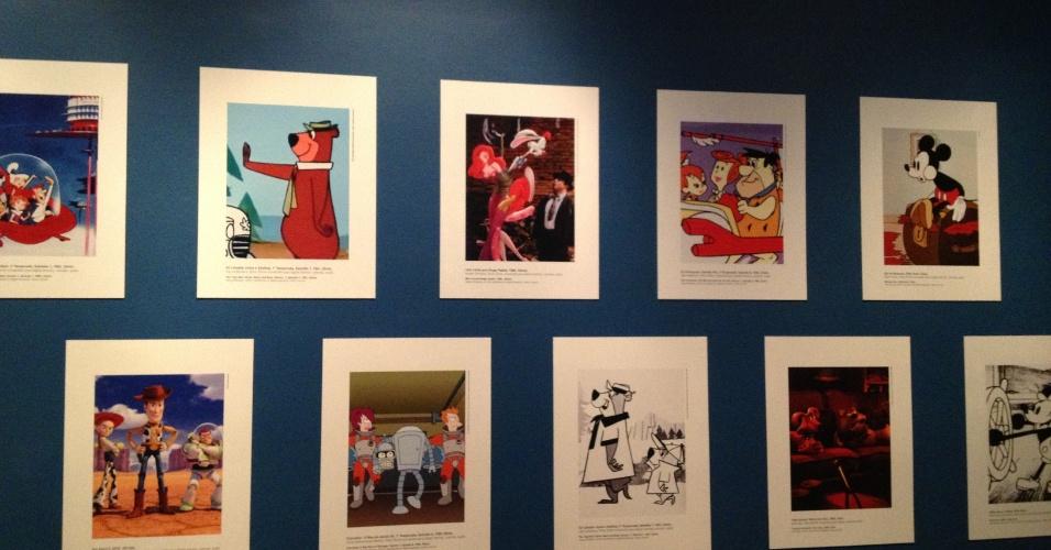 """Além de vídeos e projeções, a mostra traz alguns objetos e imagens. Na parede é possível ver ilustrações de Zé Colméia, Os Jetsons e Os Flintstones da Hanna-Barbera, uma cena do filme """"Uma Cilada para Roger Rabbit"""" (1988) e ilustrações do Mickey Mouse (Disney), Toy Story (Pixar) e Futurama de Matt Groeninng."""