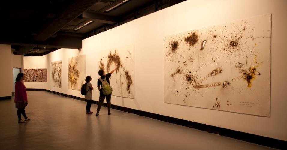 """Panorâmica da instalação dos desenhos em pólvora na série """"INSTAMISSION"""", Centro Cultural Banco do Brasil, São Paulo, 2013"""