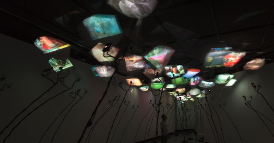 """Visão panorâmica da instalação """"Kites"""", Centro Cultural Banco do Brasil, São Paulo, 2013"""