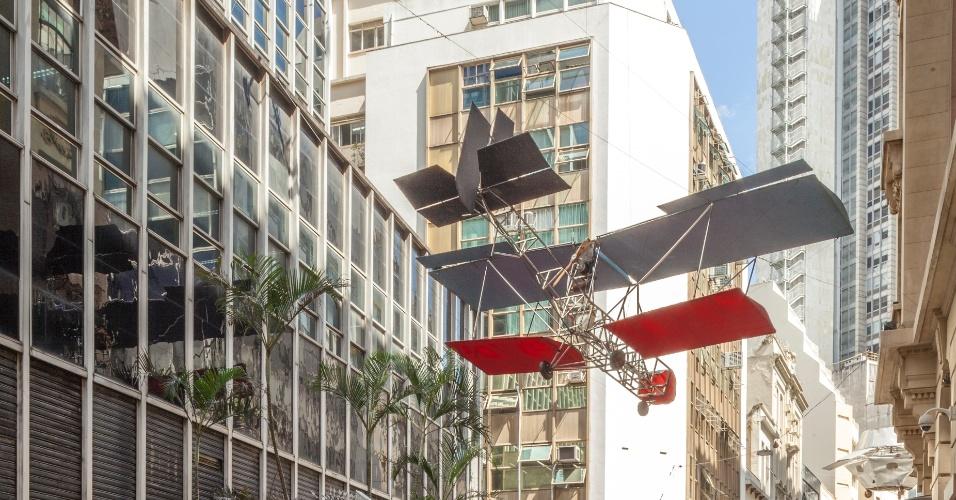 """Visão panorâmica de """"Da Vincis do Povo"""", de Cai Guo-Qiang, na parte externa do Centro Cultural Banco do Brasil, São Paulo, 2013"""