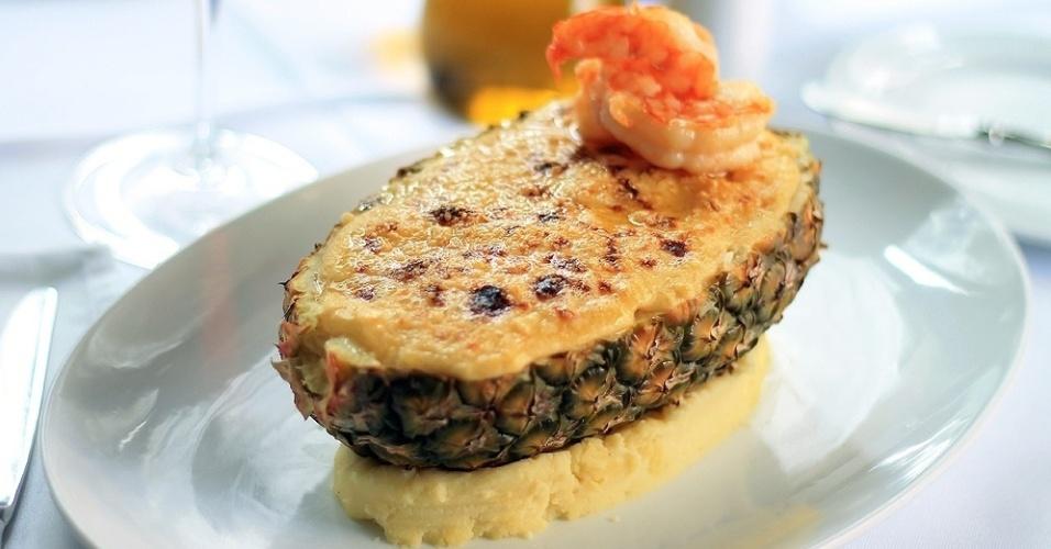 A Tasca do Zé e da Maria preparou dois pratos especiais que estarão em cartaz no jantar da semana que antecede a comemoração e no almoço do domingo, 12 de maio. São eles Bacalhau com Nata (R$ 69) traz o peixe desfiado com um leve creme de nata, e o Camarão Gratinado no Abacaxi (R$ 99), que apresenta o camarão puxado na manteiga com cebola e creme de leite, flambado com vinho branco. O prato é servido na casca do abacaxi e acompanha a fruta cítrica e um aromático arroz de amêndoas. Todas as mães que passarem por lá neste período serão presenteadas com uma garrafa de 200 ml do Kriter Rosé. A Tasca do Zé e da Maria fica na rua dos Pinheiros, 434, Pinheiros. Mais informações no telefone (11) 3062-5722.