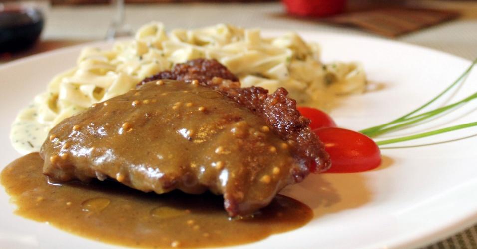 O restaurante Zeffiro criou menu com 4 opções que variam de R$ 38 a R$ 55. O menu 1 (a R$ 55) serve escalope de filé mignon recheado com queijo brie, ao molho mostarda, acompanhado de tagliarinni com ervas e, como sobremesa, torta gianduia (chocolate meio amargo com avelãs). O menu 2 (a R$ 48) serve filé de pangassius com crosta de pão e castanha de caju acompanhado de risoto de legumes e, como sobremesa, pêra ao vinho com sorvete de creme . A casa fica na rua Frei Caneca, 669, Consolação. Mais informações e reservas pelo telefone (11) 3259-0932.