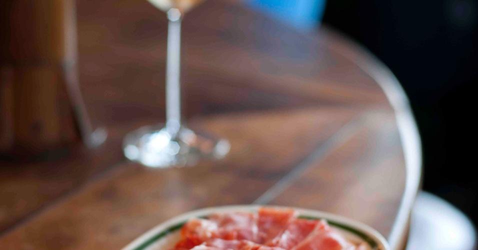 A Tostada de tomate e jamón (R$ 27 - foto) é uma das opções de entrada do bar Taberna 474. A casa serve ainda Bacalhau à tasca velha (R$ 51), lascas do peixe misturadas com ovos e acompanhadas de batata palha feita na casa, e Polvo à moda da Taberna (R$ 68) ao forno, com cebolas, batatas e pimentões. A casa fica na rua Maria Carolina, 474, Jardim Paulistano. Tel.: 3062-7098. No dia 12 de maio, o funcionamento será das 12h às 19h.