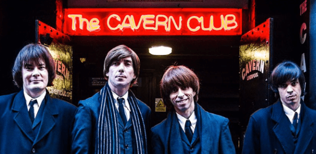 Grupo All You Need is Love em frente ao The Cavern Club, em Liverpool