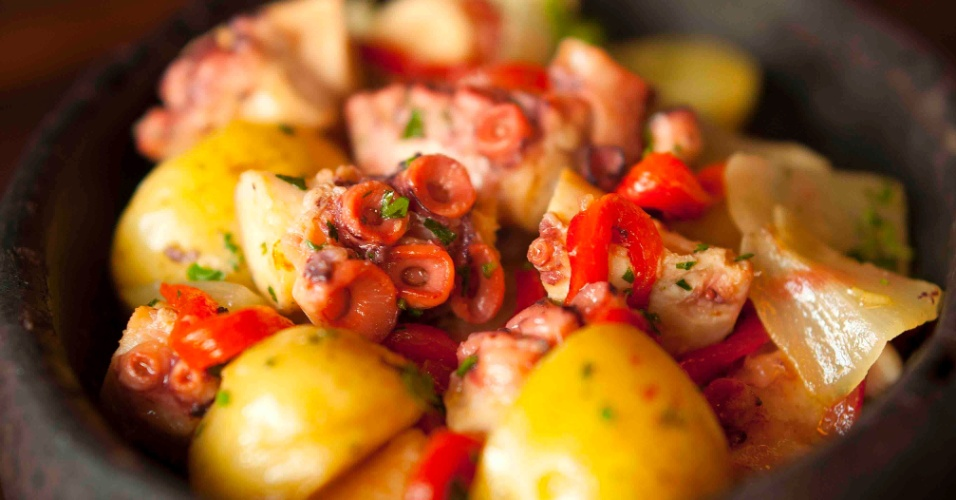 O Taberna 474, bar de culinária portuguesa, tem diversas opções de frutos do mar. Entre os pratos principais, destaque para o Bacalhau à tasca velha (R$ 51), com lascas do peixe misturadas com ovos e acompanhadas de batata palha. E também, o Polvo à moda da Taberna (R$ 68 - foto), ao forno, com cebolas, batatas e pimentões. Para finalizar, Bolinho de chuva com doce de leite (R$ 15) ou Arroz doce (R$ 9,50). A casa fica na rua Maria Carolina, 474, Jardim Paulistano. Tel.: 3062-7098. No dia 12 de maio, o funcionamento será das 12h às 19h.